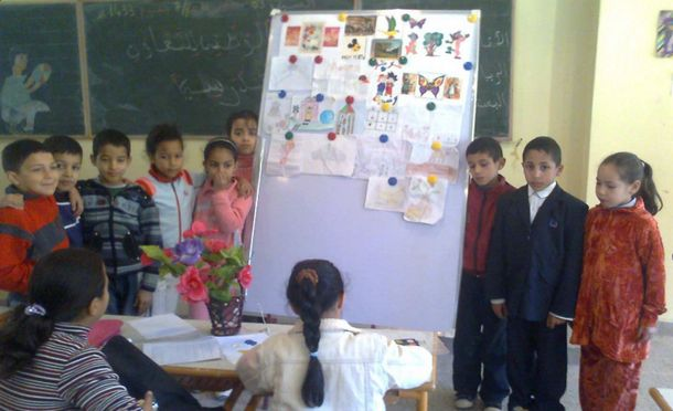 بعض تلاميذ المدرسة يعرضون رسوماتهم