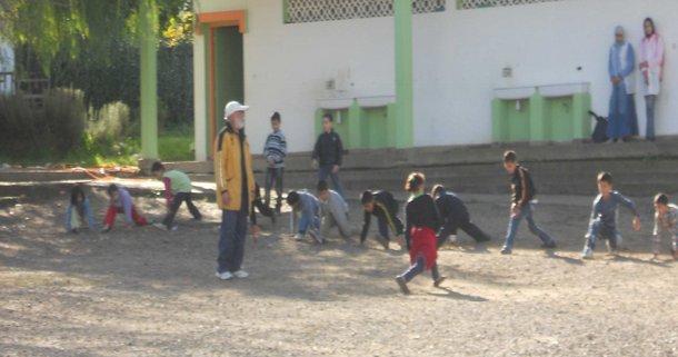 صورة لتلاميذ مدرسة ابتدائية خلال حصة الرياضة تبرز أهمية الاهتمام بالتربية البدنية في سلك الابتدائي.