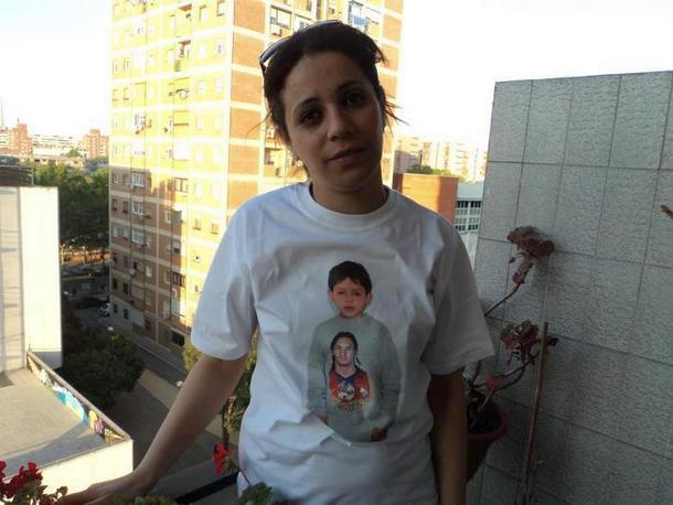 سعاد العفاني ترتدي القميص الذي يتضمن صورة وليد قشاش