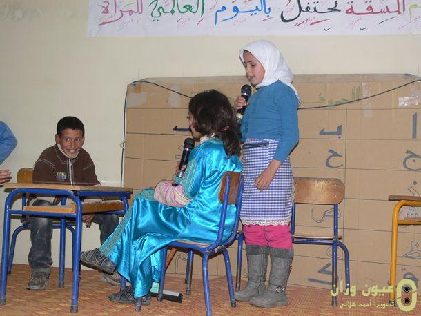 تلاميذ يعرضون مسرحية