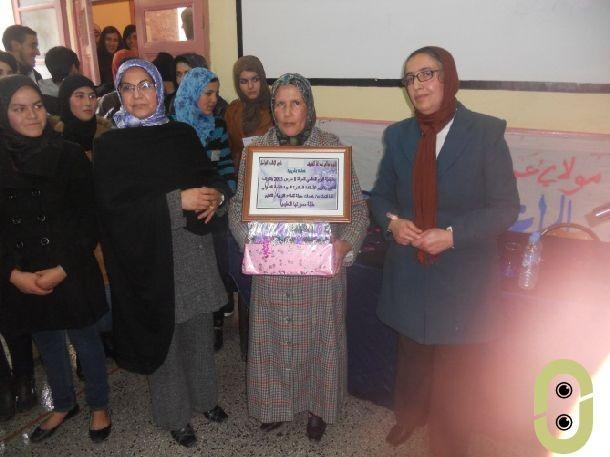تقديم هدايا تذكارية للأستاذة المحتفى بها السيدة التسولي.