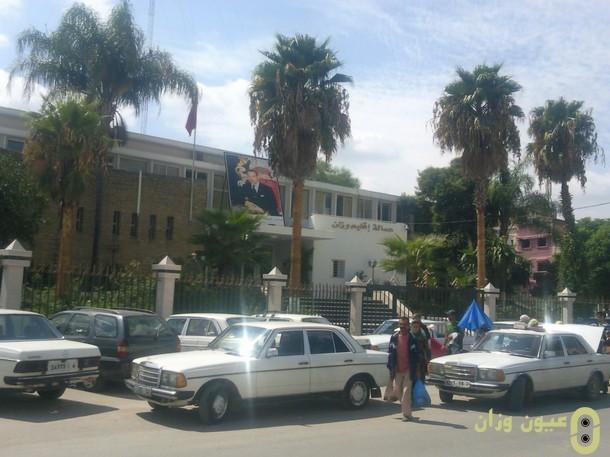 أرباب سيارات الأجرة الكبيرة بوزان يحتجون أمام مقر العمالة