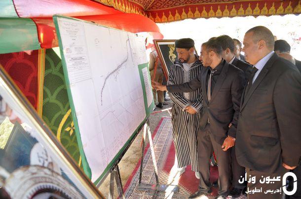 عامل إقليم وزان الوفد المرافق له خلال الاستماع لشروحات حول المشروع
