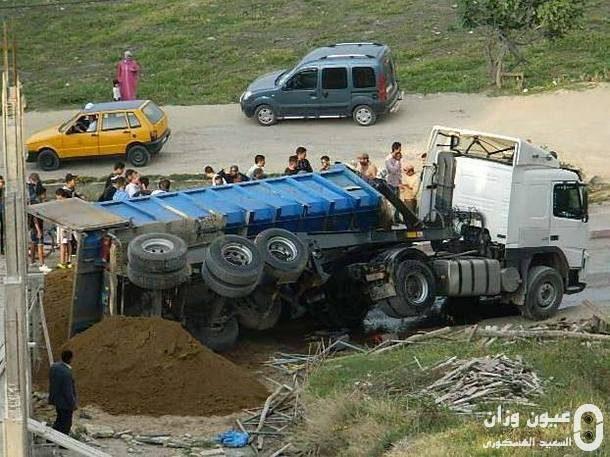 الشاحنة بعد انقلابها