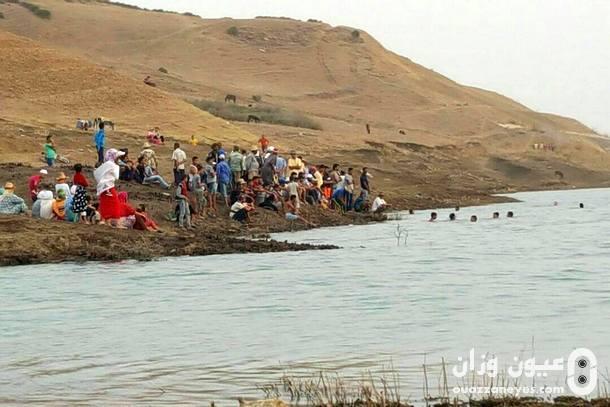 محاولات انتشال جثة الطفل الغريق من مياه السد.