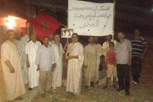 السكان يحملون لافتات تعتبر عن احتجاجهم
