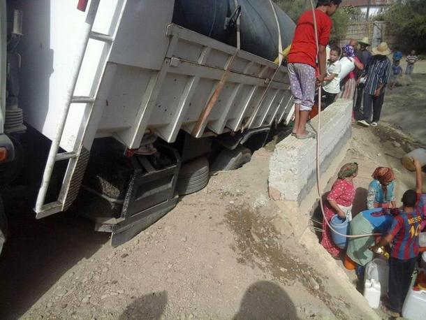 الشاحنة وهي عالقة بالقنطرة بعد انهيارها.