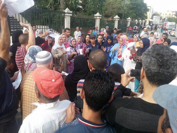 المحتجون خلال وقفتهم الاحتجاجية أمام مقر عمالة وزان