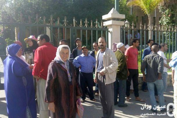 جانب من السكان المشتكين خلال تواجدهم أمام مقر عمالة وزان