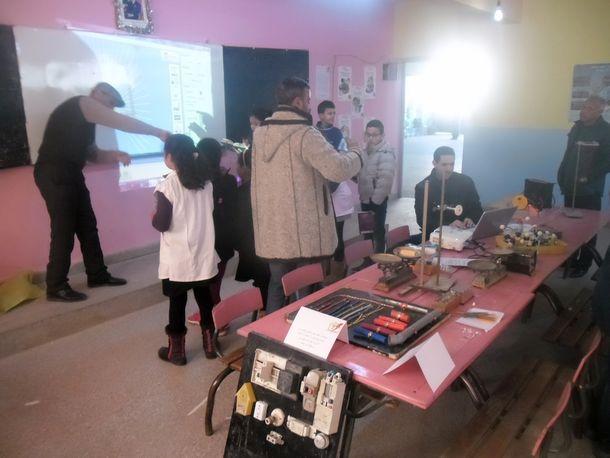 المختبر المتنقل بين مؤسسات التعليم الابتدائي العمومي والخصوصي بوزان في أول محطة له بمدرسة الإمام علي ابن أبي طالب بوزان