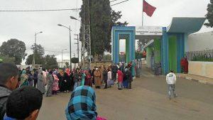 المحتجون أمام المستشفى الإقليمي أبي القاسم الزهراوي بوزان.