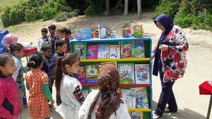 """توزيع مجموعة من القصص والكتب بمجموعة مدارس بني يثنا بجماعة عين بيضاء في إطار مبادرة """"امنح كتابك حياة جديدة"""""""