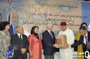 عامل إقليم وزان يقدم هدية لمستشار جلالة الملك أندري أزولاي.