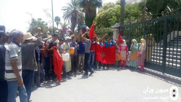 جانب من السكان المحتجين خلال وقفتهم الاحتجاجية.