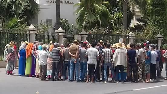 جانب من المحتجين أمام مقر عمالة وزان